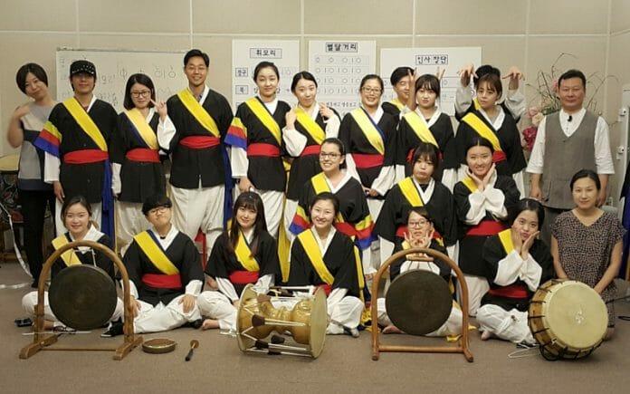 Vivenciando A Cultura Coreana. Aprendendo Percussão.