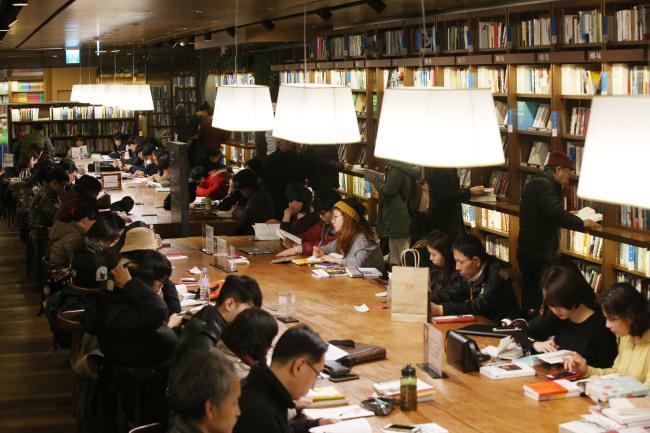 Visitantes Sentam Para Ler Livros Na Kyobo Book Center Em Gwanghwamun, Seul (Yonhap)