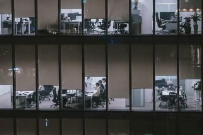 Trabalhadores Ocupam Escritórios Bem Iluminados E Fazer Turnos Extras No Centro De Seul, Em Uma Noite De Quinta-Feira. Foto: Jun Michael Park/The Washington Post