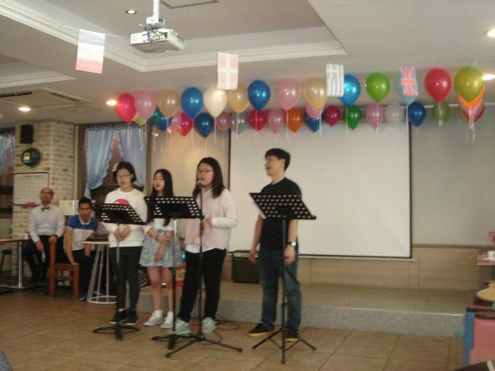 Grupo De Coreanos Cantando Arirang!