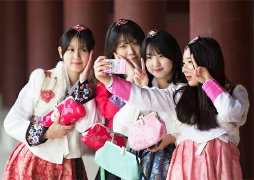 Adolescentes Usando Hanbok Fazem Selfie No Palácio Gyeongbok Em Seul. Foto: Chosunilbo