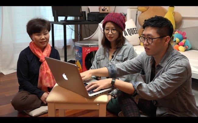 Jeon Je-Woo (À Direita) E Sua Esposa Park Mi-Young (Centro) Apresentam Seus Planos Para A Mãe De Mi-Young, No Documentário &Quot;One Way Ticket&Quot; De Do You-Jin.
