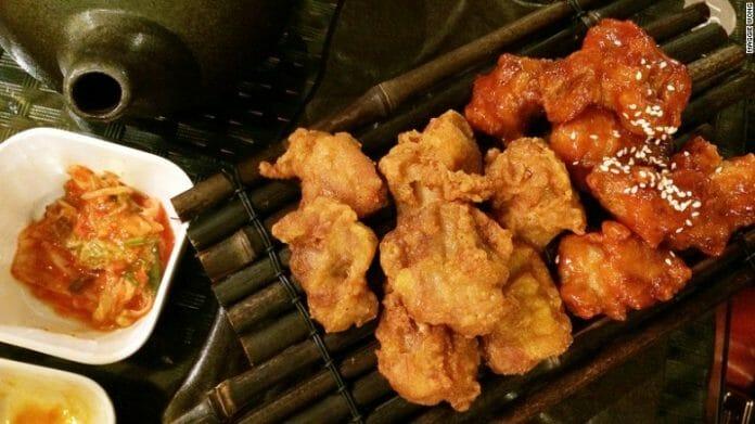 Esta É Uma Combinação De Frango Tradicional E Yangnyeom (Com Molho Doce E Picante).