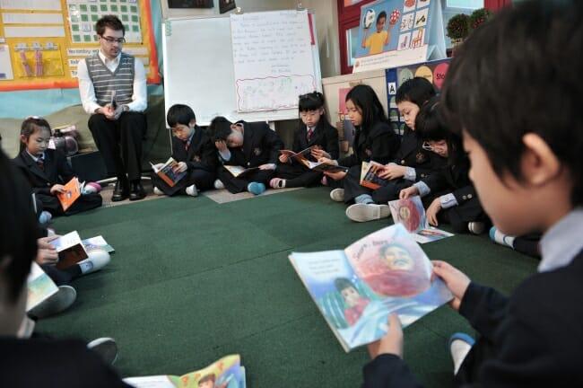 Momento De Leitura Durante Aula Em Escola Privada Em Seul. Fonte: The Korea Herald