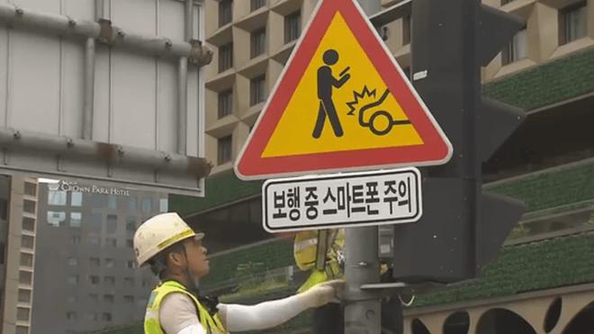 """Coreia Instala Placas De Aviso Aos """"Zumbis&Quot; Do Smartfone"""