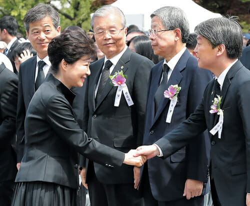 A Presidente Park Geun-Hye, Participa Do Memorial Day Fonte: Chosunilbo