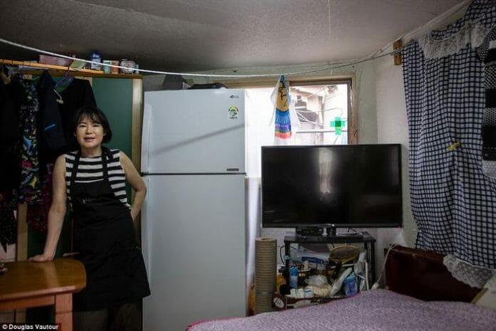 A Cabeleireira Yoo Ae-Soon E A Pequena Empresa Que Montou Em Sua Casa Em Guryong. Foto: Daily Mail