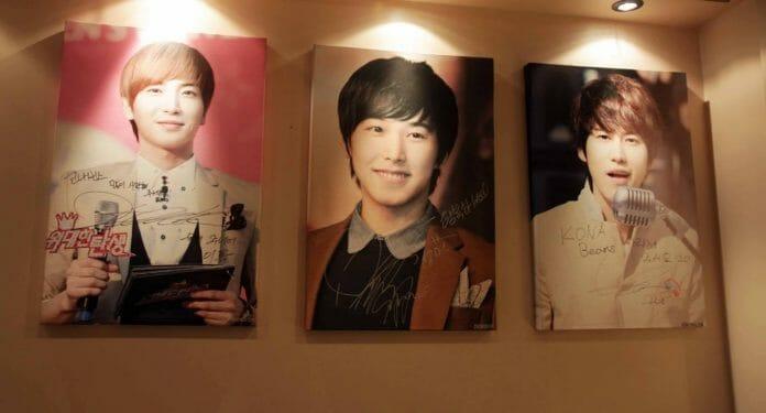 Foto E Assinatura De Leeteuk, Sungmin E Kyuhyun Respectivamente, No Kona Beans Caffe. Foto: Kavenyou.
