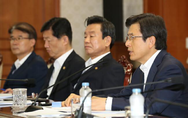 O Primeiro-Ministro Hwang Kyo-Ahn Durante Reunião Com Ministros Para Falar Sobre Medida De Segurança Na Última Quarta. (Imagem: Yonhap / The Korea Herald)