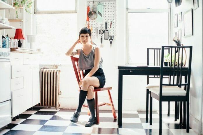 A Escritora E Musicista Michelle Zauner, Em Seu Apartamento No Brooklyn. Foto: Glamour