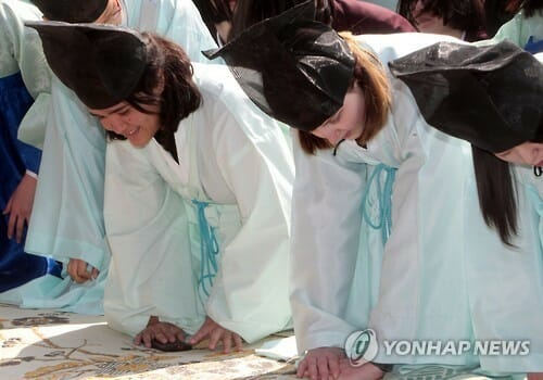 Estudantes Estrangeiros Participam De Cerimônia Confúcia Em Daejeon (Foto: Yonhap)