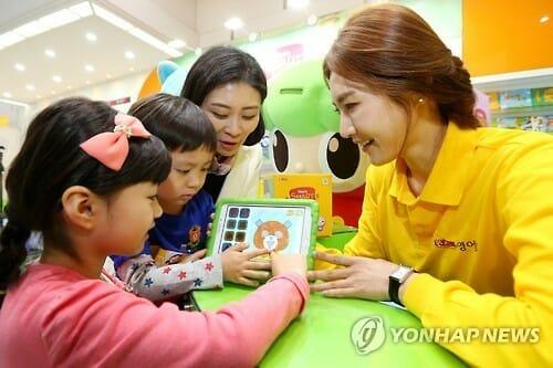 Modelos Demonstram Os Kits Educacionais Para Aprender Inglês Durante A The Educare Na Sua Exebição Em Seul Em Abril. (Yonhap)
