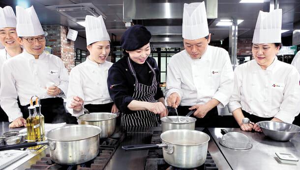 Aposentados Aprendendo Culinária Italiana Com O Chef Yang Jeong-Soo, Ao Centro, No Win Win Centro De Educação Dirigido Por Cj Foodville Em Seul. Qualquer Pessoa Interessada Pode Se Inscrever Para O Programa Patrocinado Pelo Cj Para Os Aposentados. Foto: Kim Choon-Sik
