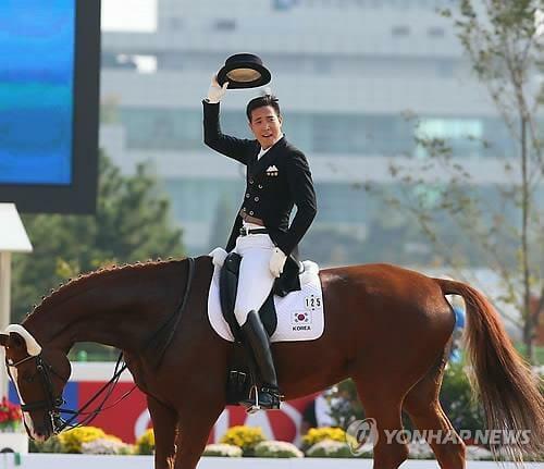 Kim Dong-Seon Competiu No Hipismo.