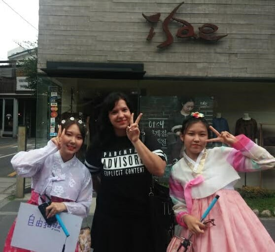 Nas Ruas De Insadong Encontrei Estas Meninas Vestidas E Hanbok Com Uma Placa Que Dizia &Quot;Fotos Grátis&Quot;, Então, Eu Tirei Uma Foto Com Elas, Né?