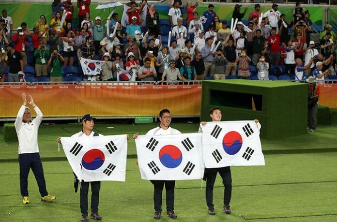 Ku Bonchan, Kim Woo Jin E Lee Seungyun Da Equipe De Tiro Ao Arco Masculino, Os Coreanos Celebram A Sua Medalha De Ouro, Depois De Derrotar Os Eua Nos Jogos Olímpicos Do Rio No Dia 06 De Agosto.