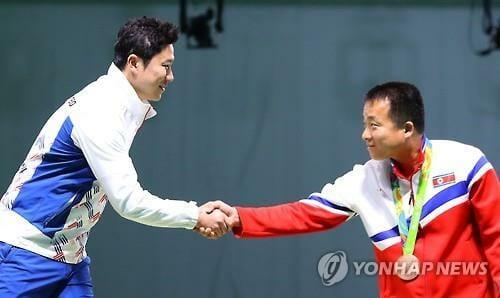 Atleta Norte-Coreano Cumprimenta Jin Jong-Oh Após Ambos Receberem Suas Medalhas. Foto: Yonhap