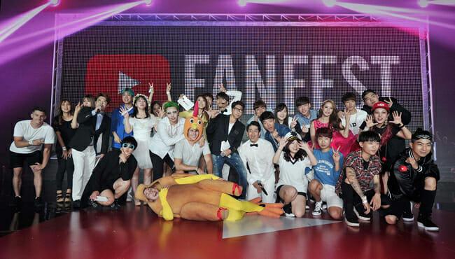 Youtubers Locais Posam No Palco Principal Do 3º Youtube Fanfest Korea 2016, Que Aconteceu No Dongdaemun Design Plaza (Ddp) Em Seul, No Dia 3 De Setembro. Foto: Youtube.