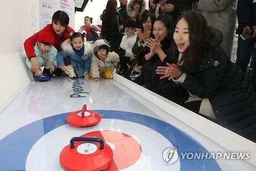 Sul-Coreanos Jogando Mini Curling Para Promover Os Jogos De Inverno De Pyeongchang De Seul, Em 2018. Foto: Yonhap.