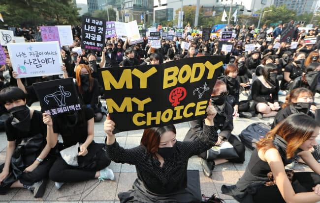 Manifestantes Segurando Cartazes Durante O Protesto. &Quot;Meu Corpo, Minhas Escolhas&Quot;, Frase Parecida Com A Brasileira &Quot;Meu Corpo, Minhas Regras&Quot;. Fonte: Yonhap