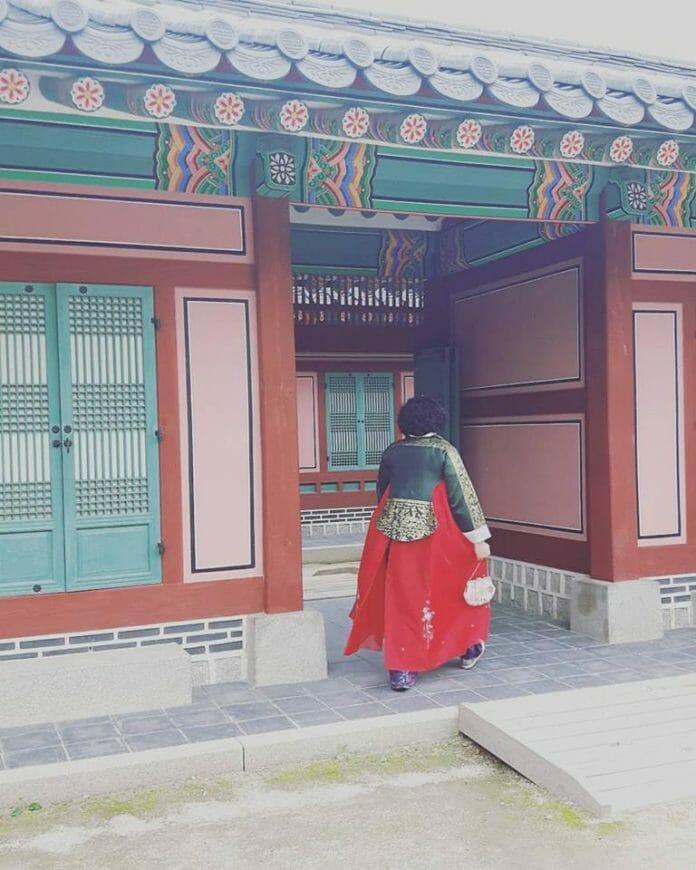 Euzinha Andando Tranquilamente Pelo Palácio