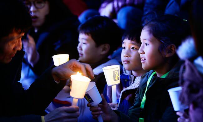 Crianças Seguram Velas Durante O Protesto Que Pede A Renúncia Da Presidente Geun-Hye Park Em Gwanghwamun, Centro De Seul, No Sábado. / Foto Do Korea Times Por Shim Hyun-Chul