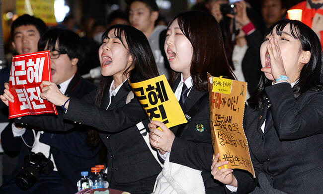 Estudantes Gritam &Quot;Gun-Hye Park! Renuncie!,&Quot; Enquanto Seguram Cartazes Com A Mesma Mensagem. / Yonhap