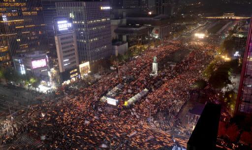 Foto: Dezenas De Milhares De Pessoas Se Reuniram Na Praça Gwanghwamun, No Centro De Seul, No Sábado, Para Exigir Que A Presidente Park Geun-Hye Renuncie Devido Ao Escândalo No Qual Se Envolveu. Foto: Yonhap