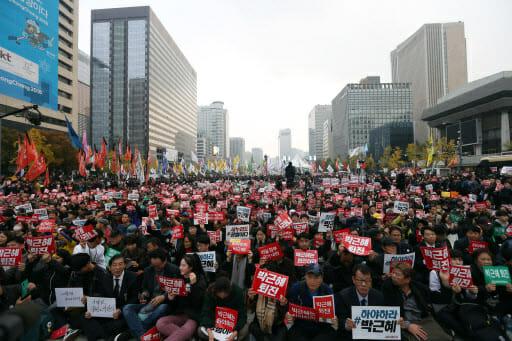 A Segunda Manifestação Desde Que O Escândalo De Choi Soon-Sil Surgiu Foi Maior Do Que O Primeiro Realizado No Último Sábado, O Qual Os Organizadores Disseram Que Atraiu Cerca De 40.000 Pessoas. Foto: Yonhap