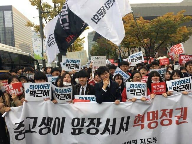 Alunos Do Ensino Médio E Universitários Marcharam Pela Praça Gwanghwamun, No Centro De Seul, No Sábado, Pedindo A Demissão Da Presidente Park. Foto: Ock Hyun-Ju/The Korea Herald