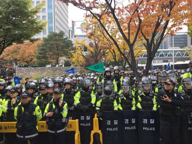 Policiais Se Alinham Para Impedir Que Os Manifestantes Marchem Em Direção Ao À Casa Azul. Foto: Ock Hyun-Ju/The Korea Herald