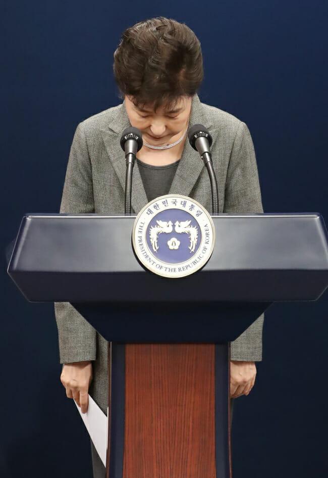 Park Geun-Hye Faz Uma Reverência Após Seu Pronunciamento. Foto: Yonhap
