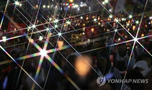 Os Manifestantes Mantêm Velas Na Praça Gwanghwamun, No Centro De Seul, Em 26 De Novembro De 2016, Para Pedir A Renúncia Da Presidente Park Geun-Hye. Park Tem Estado Sob Pressão Para Renunciar Depois De Um Escândalo Político Envolvendo Ela E Sua Confidente De Longa Data, Choi Soon-Sil.