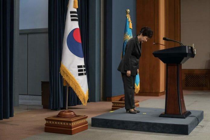 Park Geun-Hye Dirigisse À Nação Sobre O Escândalo Em Novembro. Ela Foi Acusada De Permitir Que Sua Confidente Secreta, Choi Soon-Sil, Exercesse Notável Influência Em Assuntos Incluindo A Escolha De Oficiais Do Governo, E De Ajudar A Soon-Sil De Extorquir Dezenas De Milhares De Dólares De Companhias Sul Coreanas.