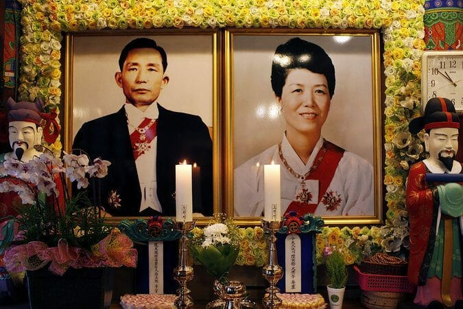Os Retratos Dos Pais De Park Geun-Hye, Ex-Presidente Park Chung-Hee E Sua Esposa, Yuk Young-Soo, Em Um Templo Em Seul. Geun-Hye Subiu Ao Poder Com Grande Apoio Daqueles Que Veneravam Seu Pai.