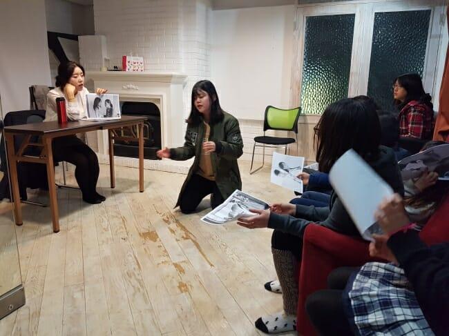 Os Alunos Improvisam Cenas Em Uma Aula Noturna Na Academia Sg Em 3 De Novembro. (Rumy Doo / The Korea Herald)