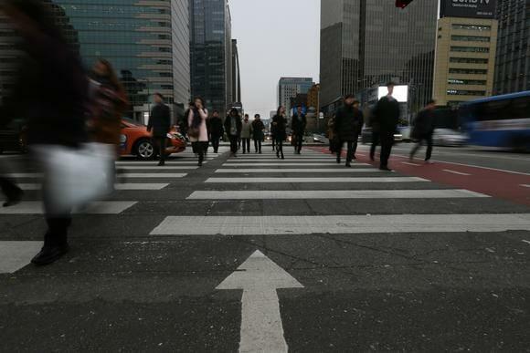 A Movimentada Área De Negócios De Gwanghwamun Em Seul: Longas Horas De Trabalho São Simplesmente Um Modo De Vida Para Muitos Sul-Coreanos.