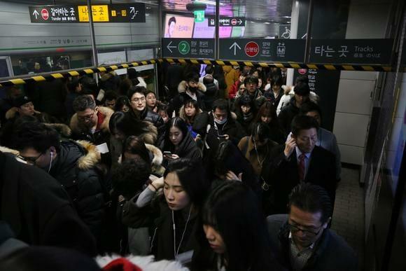 A Multidão Que Se Forma Perto Da Saída De Uma Estação De Metro De Seoul Na Hora De Pico, Em Novembro