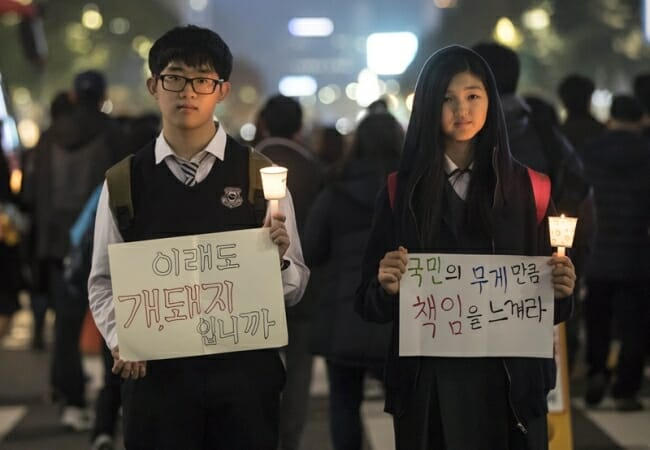 Dois Estudantes Do Ensino Médio Seguram Pôsteres E Velas Durante O Quarto Sábado De Manifestações Contra A Presidente Park Geun-Hye No Centro De Seul, 19 De Novembro. (Yonhap)