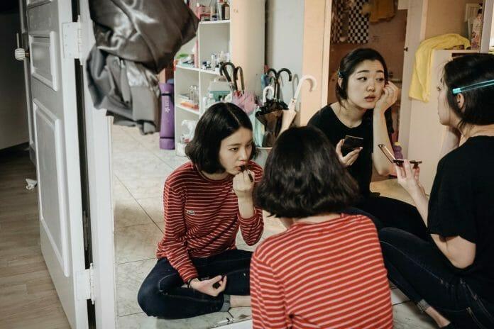 Em Uma Sexta-Feira A Noite, Choi Su-Gyeong E Haruka Abe, Colegas De Apartamento, Se Maquiam Juntas. Foto: Korea Exposé.