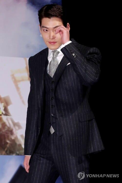 O Ator Kim Woo-Bin Sobe Ao Palco Durante Uma Coletiva De Imprensa Para &Quot;Master&Quot; No Teatro Cgv-Apgujeong, No Sul De Seul, Em 14 De Novembro De 2016.