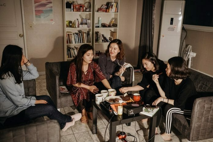 As Residentes Da Sharehouse 22, Dividem Um Bolo E Brownies Depois Do Jantar. Foto: Korea Exposé.