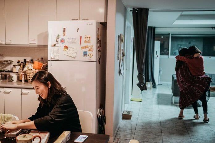 Jeon Hye-Ji À Esquerda, Fazendo Brownies, Enquanto Suas Companheiras De Apartamento, Lee Da-Hyun E Lee Su-Keyong Brincam. Foto: Korea Exposé.