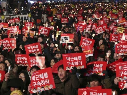 Os Manifestantes Gritam Palavras De Ordem Enquanto Erguem Cartaes E Velas Durante Uma Manifestação Exigindo A Demissão Definitiva Da Presidente Sul-Coreana, Park Geun-Hye, Em Seul, Na Coréia Do Sul, Em 31 De Dezembro De 2016. Foto: Lee Jin-Man/Ap
