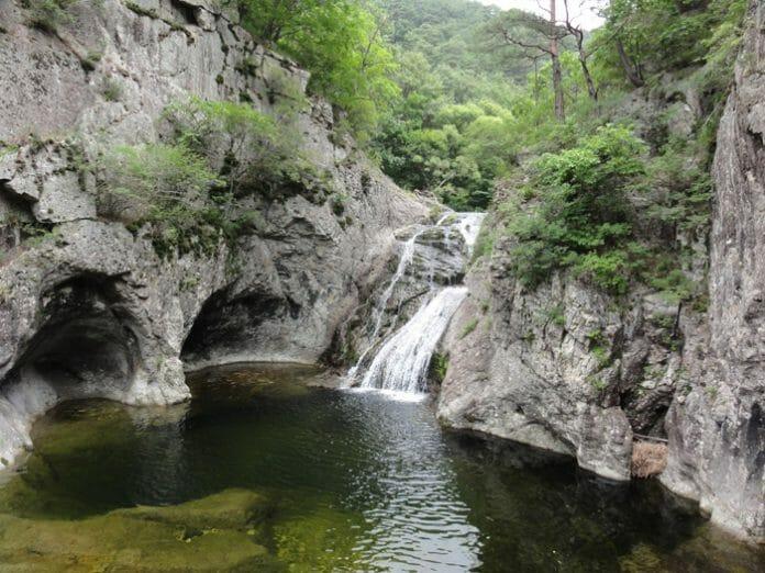 A Cachoeira De Yongyeon Na Montanha De Juwangsan É Uma Das Maiores Cachoeiras No Geopark. (Fonte: Cheongsong County)
