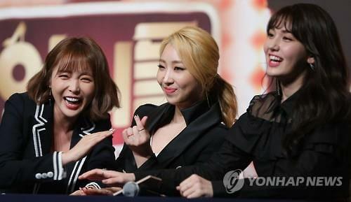 Minzy, Ao Centro, Com O Elenco Do Reality Show. Foto: Yonhap