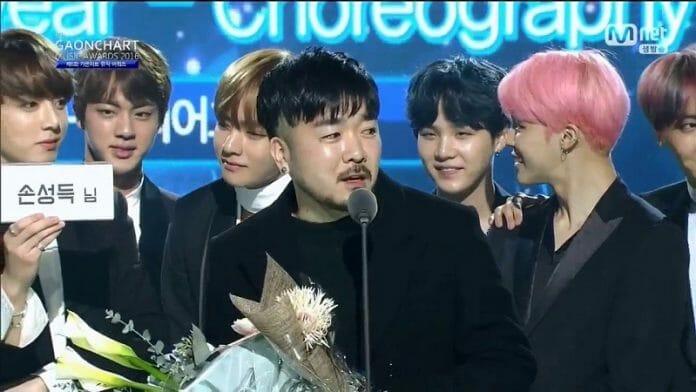 Son Sung-Deuk Com Os Integrantes Do Bts Ao Receber O Prêmio. Foto: Youtube