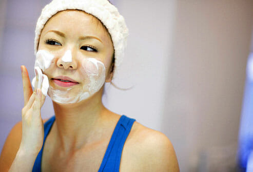 Age_Rf_Photo_Of_Girl_Washing_Face_With_Foaming_Cleanser