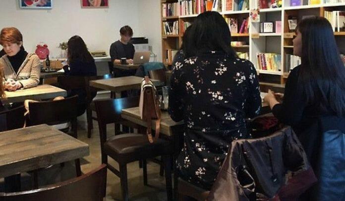 O Café, Que Abriu No Mês Passado, Tem Aproximadamente 650 Livros Relacionados Ao Feminismo E Realiza Regularmente Vários Eventos, Incluindo Seminários, Sobre Questões Feministas. Foto: Yonhap