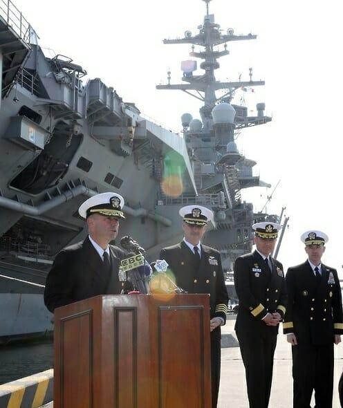 Almirante James Kilby, Comandante Do Us Carrier Strike Group 1, Durante A Chegada Do Uss Carl Vinson Na Cidade Portuária De Busan, Na Coreia Do Sul.